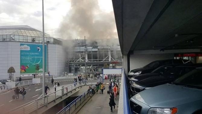 Bruselské letiště bylo po explozích evakuováno, lety jsou odkláněny. Teroristé zaútočili i na bruselské metro