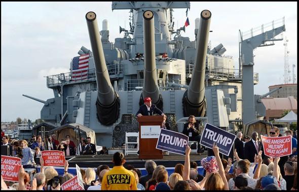 Donald Trump na bitevní lodi USS Iowa amerického námořnictva