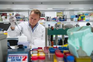Scientist working on a coronavirus vaccine ©EC AV Service