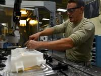 US - ekonomika vytvořila v listopadu jen 155 000 nových míst, míra nezaměstnanosti zůstala na 3,7%, mzdy rostou nejvíce za 9 let